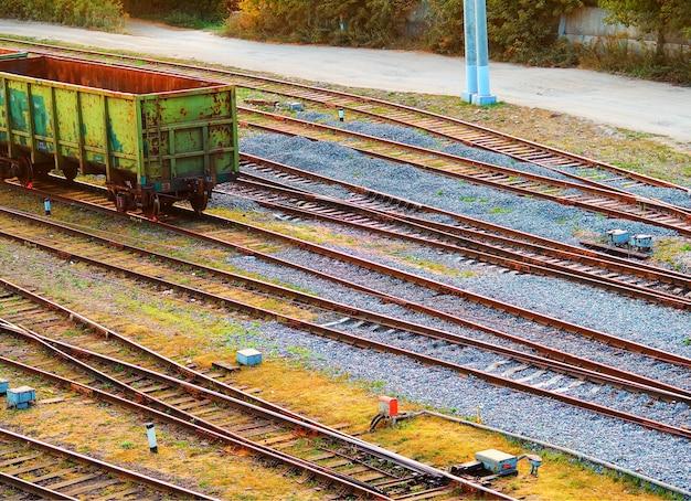 Chemins de fer vides en diagonale avec un fond de voiture