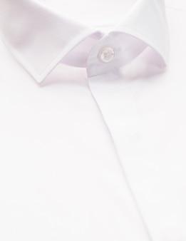 Chemise blanche avec accent sur le col et le bouton, gros plan