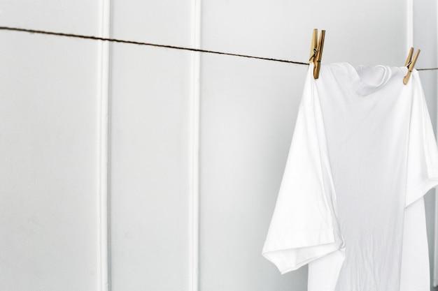 Chemise blanche accrochée au mur