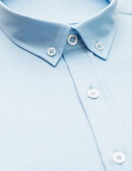 Chemise bleue avec un accent sur le col et le bouton, gros plan