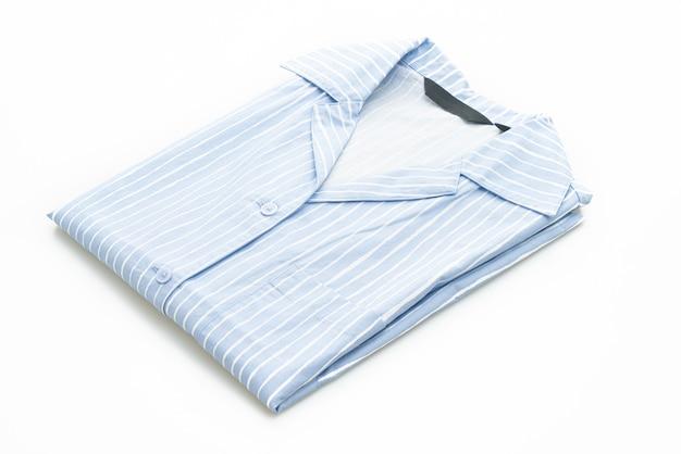 Chemise bleue avec bande blanche isolée sur une surface blanche