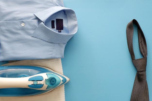Chemise bleue homme d'affaires et cravate noire
