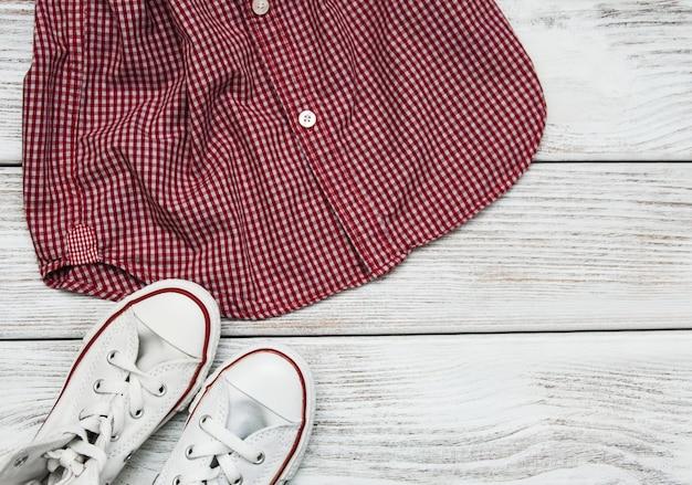 Chemise à carreaux avec des baskets blanches