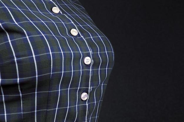 Chemise à carreaux en coton femme avec boutons en nacre gros plan dans la poitrine