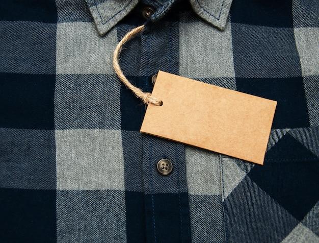 Chemise à carreaux avec étiquette