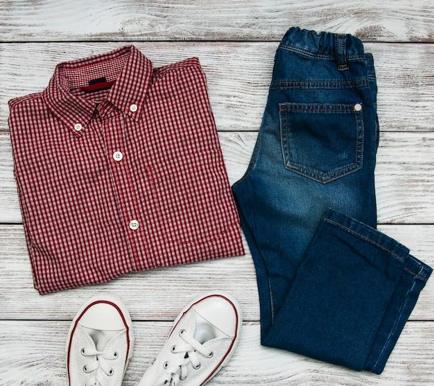 Chemise à carreaux et jeans