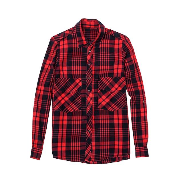 Chemise à carreaux rouge et noir sur surface blanche