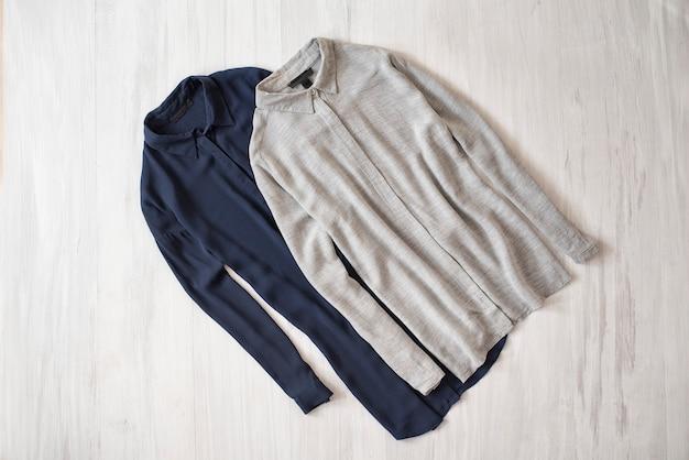 Chemise grise et bleue sur fond en bois. concept à la mode