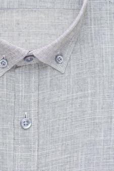 Chemise grise, col et bouton détaillés, vue de dessus