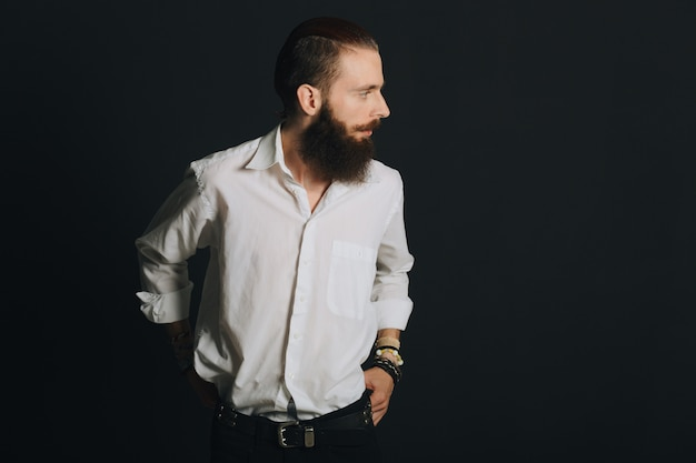 Chemise homme barbu blanc style hipster en studio sur fond noir