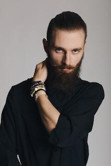 Chemise homme barbu noir style hipster en studio sur fond blanc