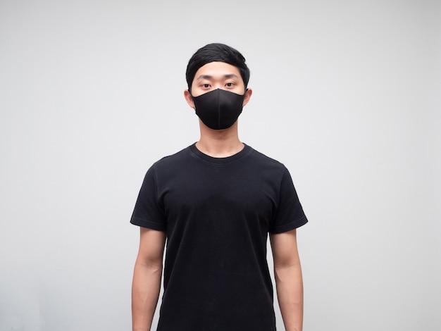 Chemise homme noire avec masque de protection portrait fond blanc