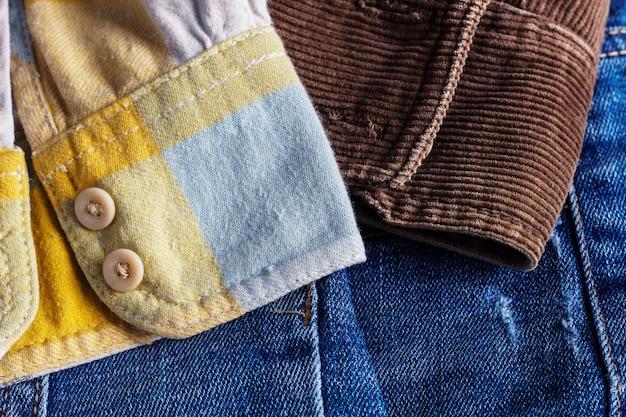 Chemise à manches sur les jeans.