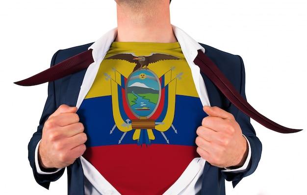 Chemise d'ouverture d'homme d'affaires pour révéler le drapeau de l'équateur