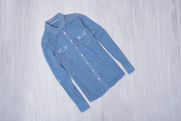 Chemise rayée bleue sur bois