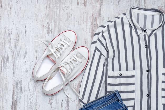 Chemise à rayures blanches et baskets blanches. concept à la mode