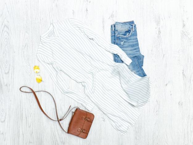 Chemise à rayures blanches, jean déchiré et lunettes de soleil. concept de mode