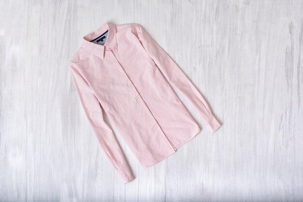 Chemise rose sur bois