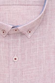 Chemise rouge, col et bouton détaillés, vue de dessus
