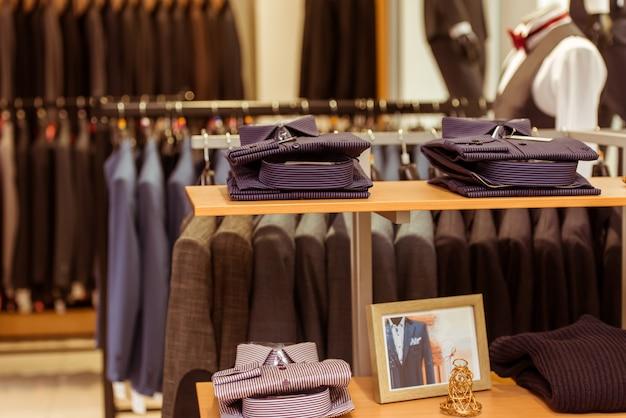 Chemises classiques pliées sur les étagères.