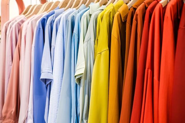 Des chemises colorées sur les cintres du magasin se bouchent