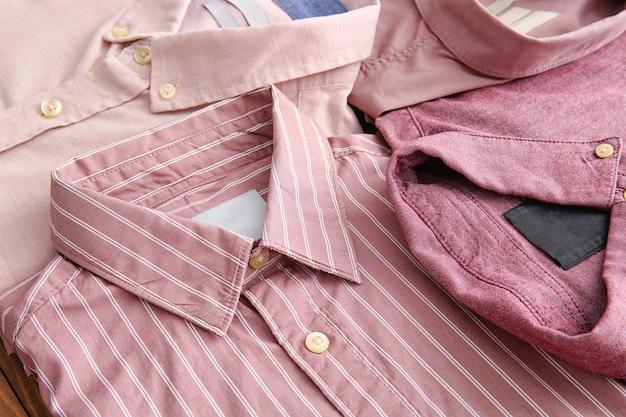 Chemises masculines classiques comme toile de fond
