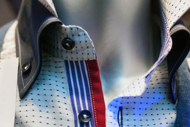 Chemises masculines exposées dans le magasin de vêtements