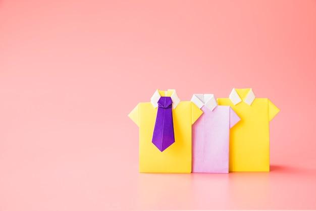 Chemises en papier jouets colorés