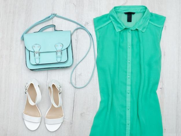 Chemisier vert, chaussures blanches et sac à la menthe. concept à la mode.