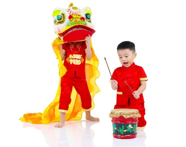 Cheongsam chinois traditionnel célébrant le nouvel an chinois, isolés sur fond blanc.