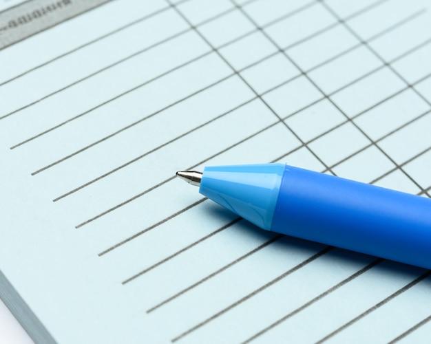 Chèques vierges bleus vierges et stylo en plastique, modèle d'entreprise en ligne