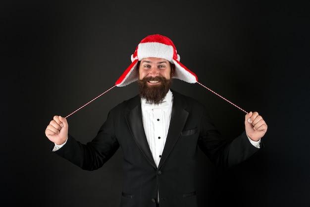 Cher père noël, j'ai fait de mon mieux. fond sombre d'homme d'affaires de santa. hipster heureux avec un look de père noël. accessoires de costumes de vacances. fête du père noël. fête de noël et du nouvel an.