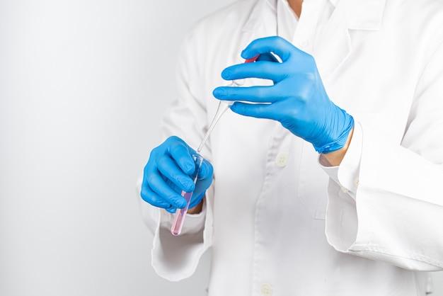 Un chercheur qui étudie et développe des potions