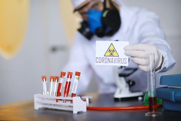 Un chercheur scientifique en laboratoire teste des médicaments pour le traitement de la pneumonie virale. test sanguin de coronovirus des patients infectés. pandémie mondiale.