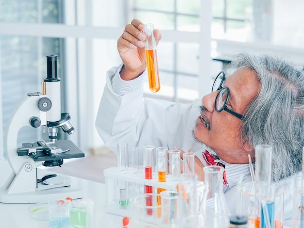 Chercheur scientifique principal asiatique travaillant sur les genoux