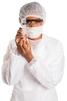 Chercheur scientifique professionnel médical féminin tenant une seringue