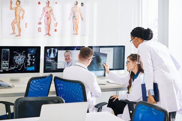Des chercheurs discutent avec un pneumologue