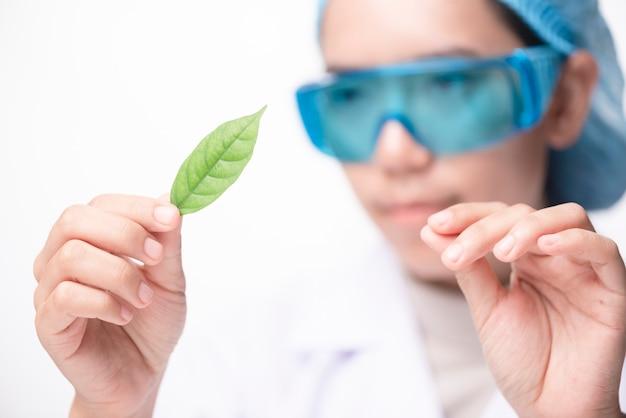 Chercheurs des soins de santé travaillant dans un laboratoire scientifique. jeune femme chercheur