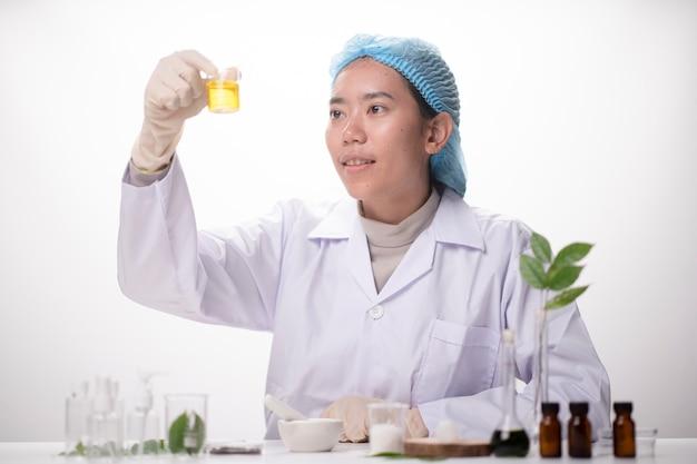 Chercheurs travaillant dans le laboratoire des sciences de la vie
