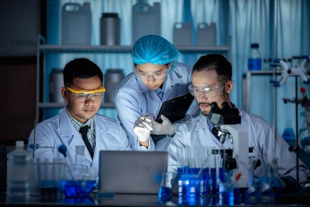 Les chercheurs travaillent dans un laboratoire de chimie.