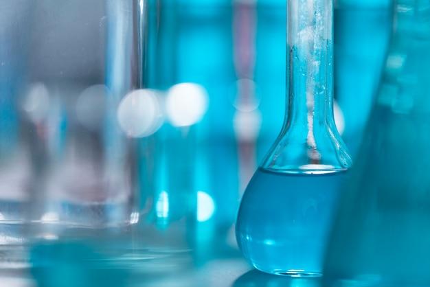 Les chercheurs utilisent de la verrerie et des solutions bleues en laboratoire