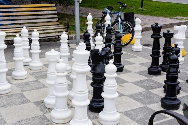 Chess pieces board outdoors squares park large strategy asphalt. échecs géants sur l'asphalte. oulianovsk, russie.