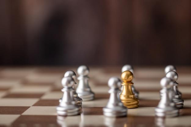 Chessman d'or debout au milieu à bord