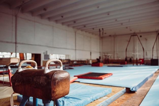 Cheval d'arçons dans la salle de gymnastique