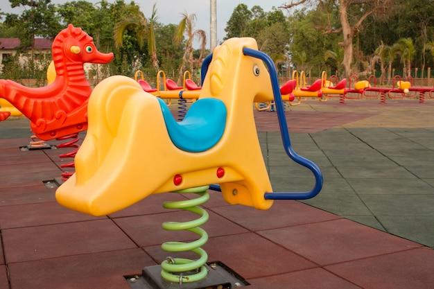 Cheval à bascule dans le parc