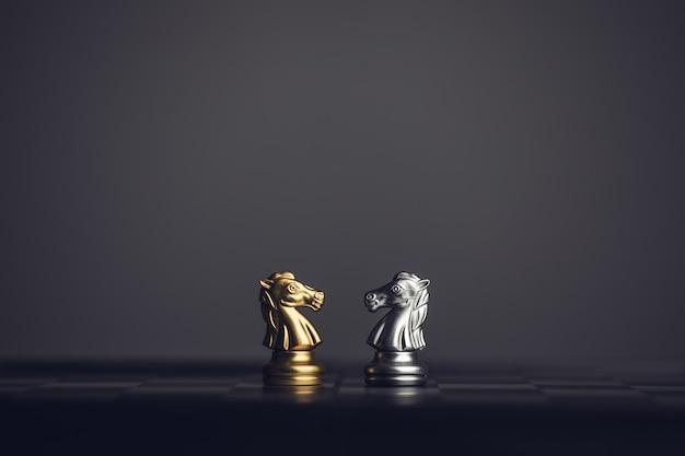 Cheval de chevalier d'échecs sur l'échiquier, fond de pierre