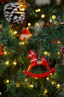 Cheval jouet accroché sur une branche d'arbre de noël détail