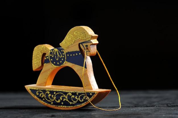 Cheval jouet en bois sur un fond sombre