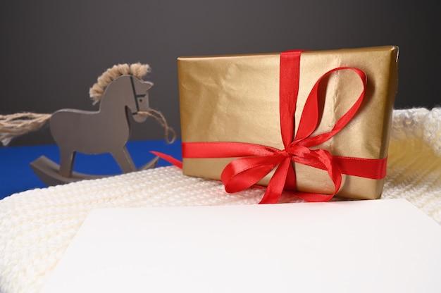Cheval jouet avec emballage cadeau. photo de haute qualité