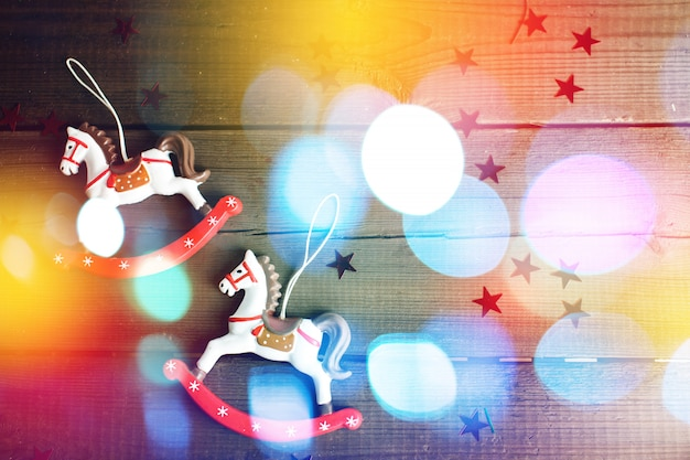 Cheval jouet vintage avec des lumières de noël